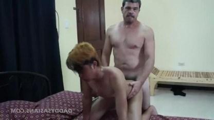 Гей азиат обслужил упитанного мужика ртом и напросился на анальный трах