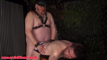 Толстенный гей познакомил своего раба с тематикой БДСМ, связал и выебал в жопу