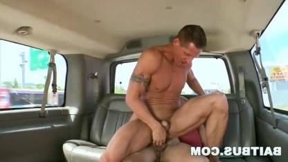 Зрелый гей сосет член парня в машине, а затем занимается с ним анальным сексом