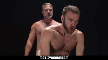 Зрелый мужчина привел гея в развратную обстановку и посадил его на член